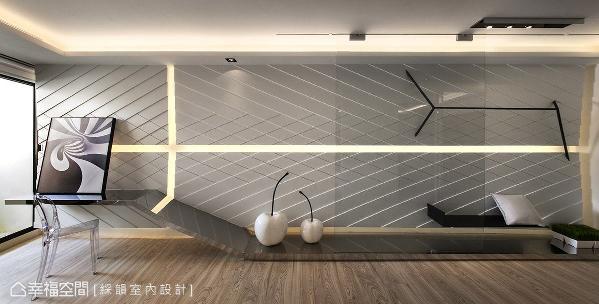 墙面大幅度横跨空间向度,加上丰富的线条设计,带动强烈的视觉张力,让空间有放大效果。