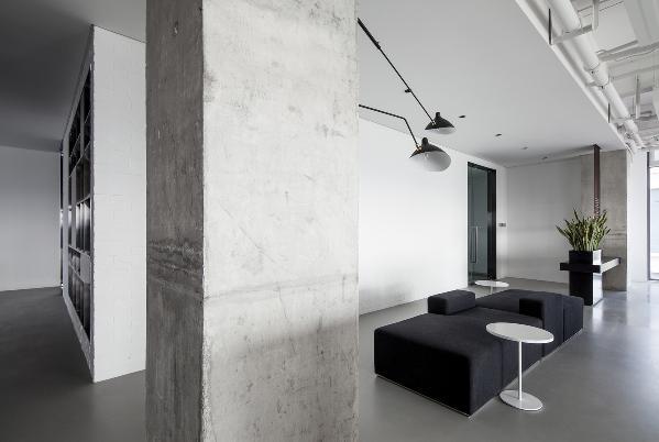 新办公室的设计之初,我们本着抛开一切华而不实的装饰,保留建筑最本真的空间属性,向设计致敬的初心,迎来onehouse的蜕变和新生。