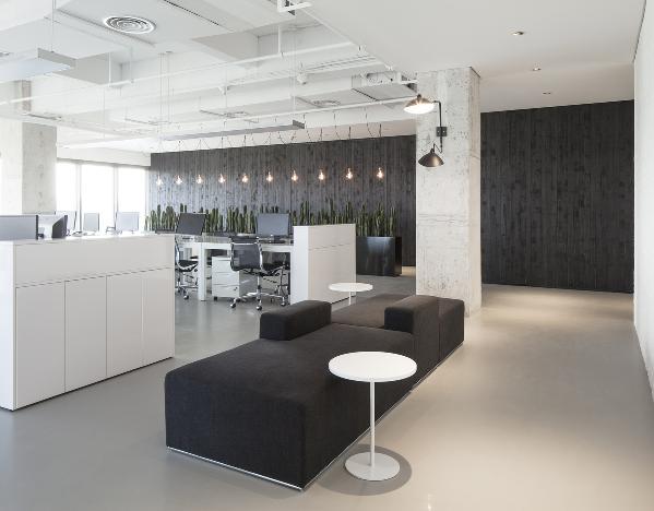 """基于路易斯•康的""""设计空间就是设计光亮"""",我们在空间设计中充分利用自然光,有效结合建筑的几大景观面;当阳光穿越LOGO,光线形成的虚影赫然出现在墙面上,随着时间的推移,LOGO光影出现在入口的不同之处。"""