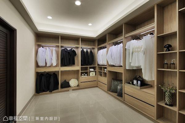 宽敞的更衣室规划充足的柜体机能,满足日常生活中各种收纳需求。