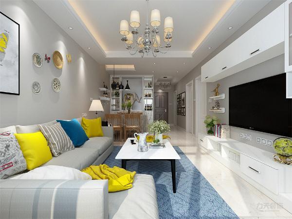 客厅乳白色的墙体,突出了沙发上面沙发蓝色的抱枕,颜色对比鲜明,给人的舒适的视觉效果。