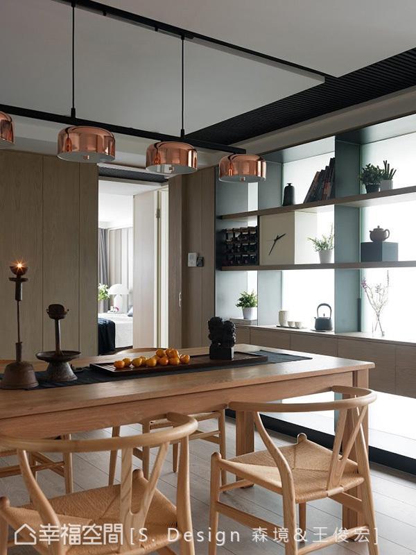 对比木质餐桌椅,S. Design 森境&王俊宏室内装修设计在上方独悬四盏金属灯具,透过材质的冷暖冲撞,调和平衡的空间温度。