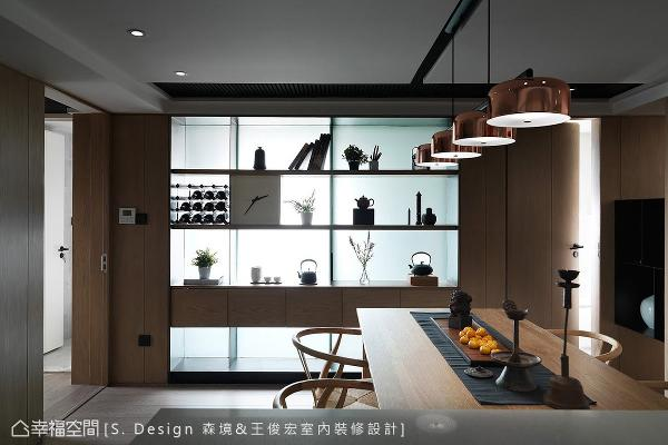 引入前方卫浴的自然日光构筑透光舞台背景,将表示层架上的茶具收藏,托衬出绝尘脱俗的完美身段。