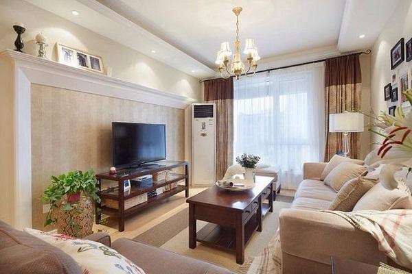 客厅以米色为主色调,是客厅弥漫着温馨幸福的气息。米色布艺沙发简单大方,客厅不大简洁的电视墙显得明快清爽,红色的木质方桌庄重典雅,给温馨的客厅带来几分稳重感。