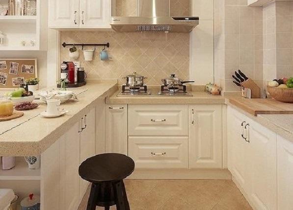 厨房白色的橱柜质感细腻柔和,给人舒心之感。`U`型设计让厨房独立出来为单独空间