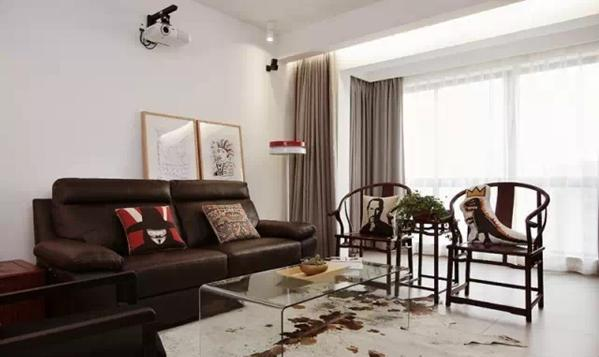 ▲ 主沙发是黑色皮沙发,配的中式太师椅