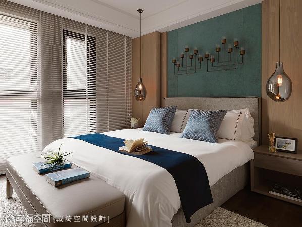床头背墙镶嵌手工制艺术烛台,两旁结合间接灯光和造型吊灯的搭配,创造出视觉焦点。