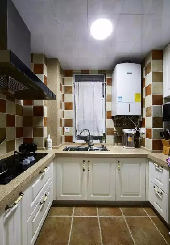 玄关的透明玻璃门打开就是五脏俱全的小厨房,以大地色系为主,搭配白色的厨  柜,一派恬然。