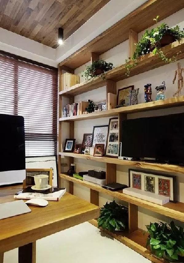 ▲ 展示柜上放了一个电视