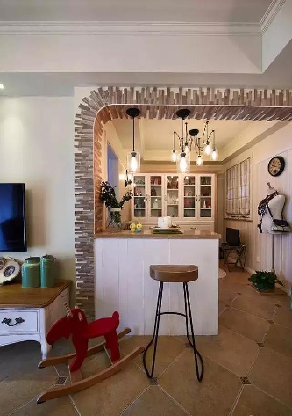 餐厅边上是一个半开放式小书房,半墙式的隔断墙也充当吧台,时尚又实用。