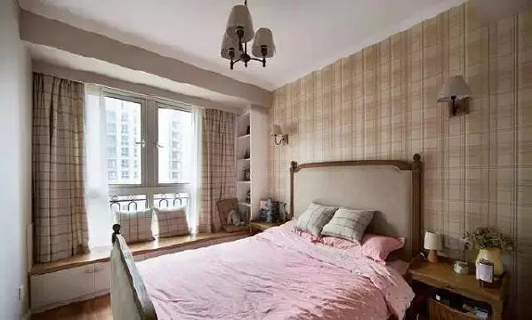 次卧是孩子的房间,格子图案运用在背景墙、窗帘、床品上,打造出英伦学院风  。