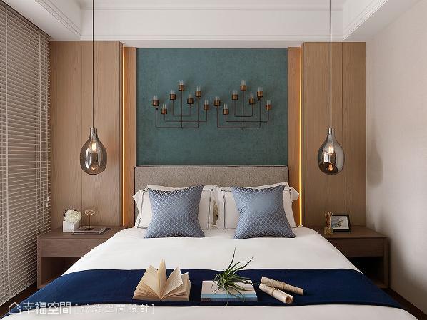 床头的湖水绿绒布墙面,与硬装大地色系做搭配,并加入蓝色系软件,带来画龙点睛的视觉效果。