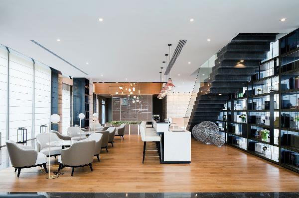 设计师很讲究空间的韵律感与舒适性,水吧区、楼梯和书架陈列的设计,利用高低错落关系营造空间变化,使空间更富层次。