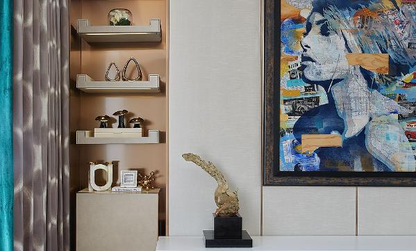 主卧     宽敞明亮的主卧空间感十足,保证居住的舒适性。墙背景与顶面用弧线设计自然衔接。烫金花纹的蓝色天鹅绒抱枕与墙上艺术画,无不时刻给居住者带来品质居所的奢华感和汇聚世界潮流前端文化的都会情节。