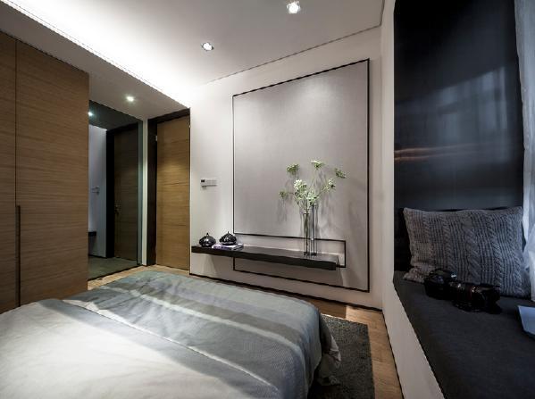 主卧的整体色调柔和,符合卧室静谧舒适的基本要求。由于空间的限制,设计师在入口处采用了大面积灰镜,在视觉上放大了卧室空间,让主人的居住更加舒适。