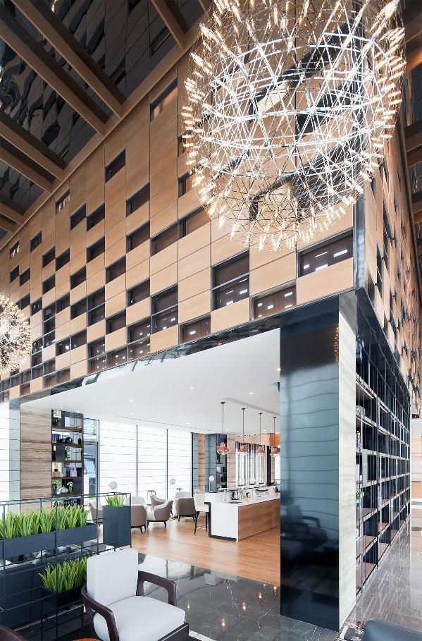 水吧区上方是VIP签约室,这里被设计成单体架空的内部盒子,恰好变成了装在盒子里的神秘空间。立面与外墙为相同的元素,相互呼应,体现了建筑与室内的统一。