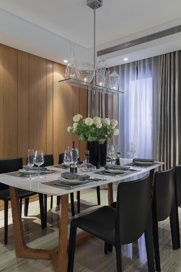 餐厅,极具现代设计感的餐椅以及造型别致的Flos水晶吊灯,营造出现代感极强的简约空间氛围。