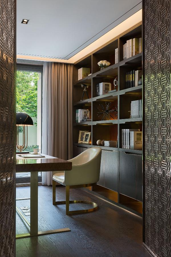 暗藏在玄关背景之后的是书房,开启门让书房有空间的延展性,通过细节到整体的微妙处理,体现新贵们在拥有财富的同时,更加注重生活的品位和精神需求。
