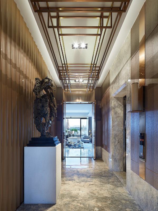 电梯厅 独立式的电梯前厅陈列着西马德-比洛多画廊的艺术品,让空间像艺术博物馆一样绽放。
