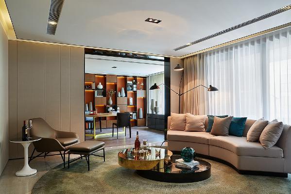地下室的家庭活动室,设计师通过弧形的地毯,从家具的布局和摆放来分割两个空间,打破空间的呆板,营造轻松的家庭式氛围。