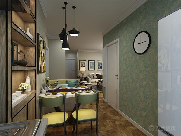 客厅的电视背景墙用石膏板做造型加上壁纸装饰,室内墙体是以浅黄色乳胶漆为整体,