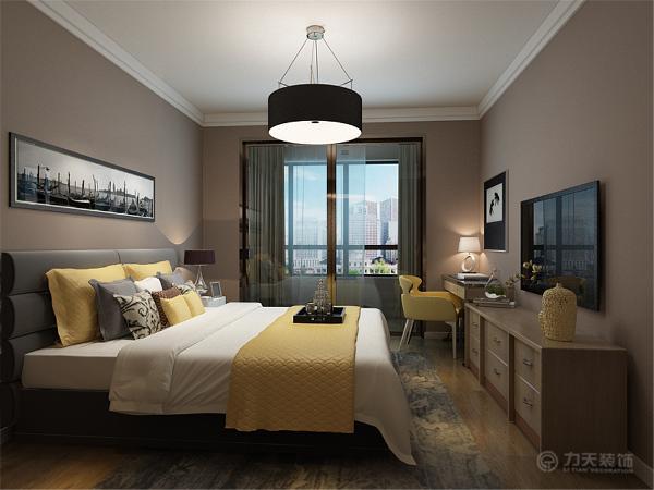 主卧没什么造型,主卧的床头背景墙也是用画为主,墙体使用乳胶漆。