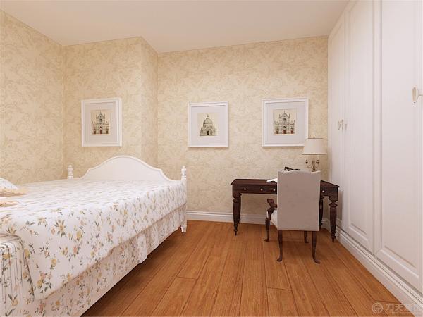 次卧室相对简单了些,定制了一面墙的衣柜,满足业主的储物需求。放置了一个办公桌,衣柜对面是一张简单的床,整体感觉简洁干净。