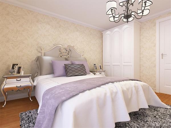 主卧室空间相对更佳雅致些,同样是浅黄色的欧式壁纸墙面,顶面做了石膏线圈边,浅色浪漫的欧式床品以及白色的衣柜都透露着业主的优雅。