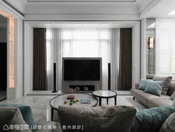 透过新古典的语汇挥洒,为客厅揭示华美的设计主题;由玄关转进客厅的门框,则使用薄石板与灯光搭配,除了作为视觉上的惊喜外,也能当作夜灯使用。