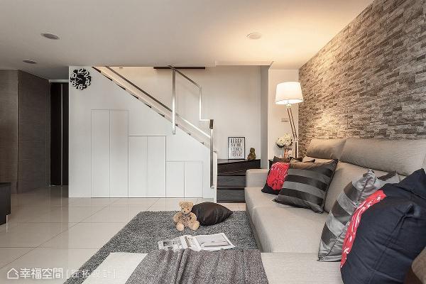 充分运用楼梯下方的畸零空间,创造丰富的收纳机能,大大提升空间坪效。
