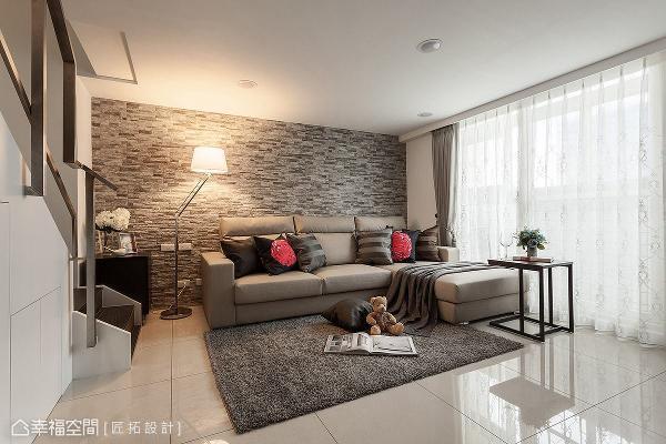 匠拓设计采用灰色系文化石铺陈沙发背墙,营造些许自然休闲氛围。