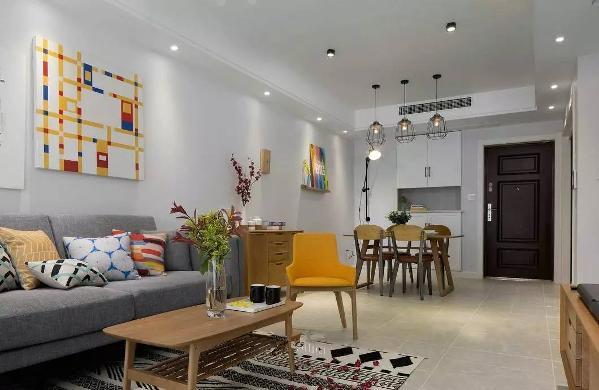 猛回头,从客厅往大门口看是这个样子的,简单的色彩+简单的装饰=简单的生活。