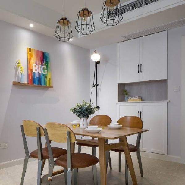 餐厅一角,铁质的长臂壁灯与吊灯带来工业风的感觉,入墙式的鞋柜和储物柜,让空间更加干净利落。