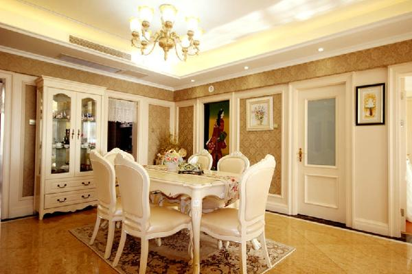 餐厅也延续了整个房屋的风格,白色的餐桌餐椅使整个餐厅气氛更加轻松、欢快,有一种雍容华贵的味道,墙上挂着的画也是很好的点睛之笔,体现了房屋主人的品味。