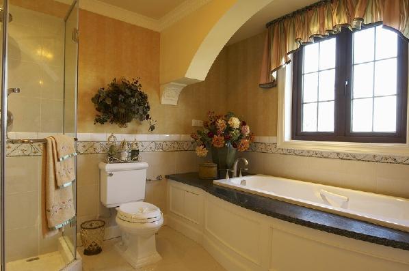 由于卫生间的空间大,安装了淋雨也安装了浴缸,也做了干湿分离的设计,墙壁的瓷砖跟地面和整体卫生间色调相结合,显示出欧式复古风格的经典唯美。摆放着一些植物,也为宁静的卫生间注入了生机。