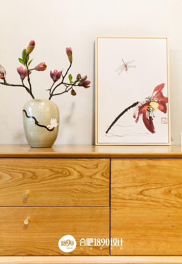 木色的电视柜上点缀红色玉兰花,犹如一幅画,让人眼前一亮。