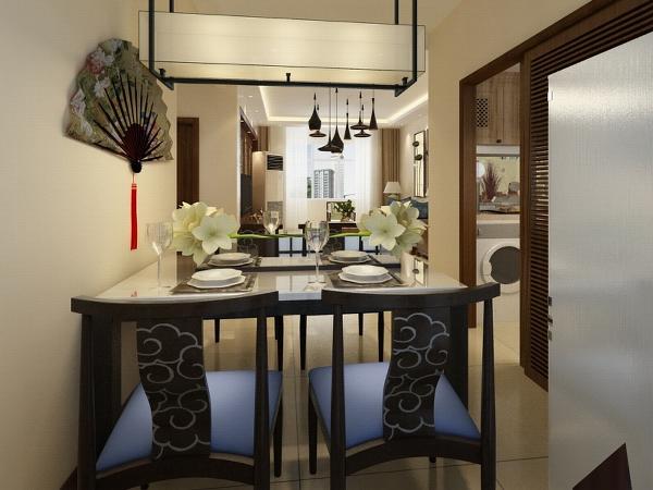 采用方桌靠墙放置节省空间,加上中式的扇子作为点缀,用餐环境优雅舒适