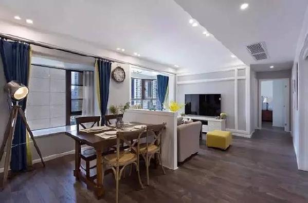 客厅与餐厅之间用矮墙加以分隔,宽大的窗户提供良好的采光,浅浅的蓝灰色墙面,小巧的家具,让客厅显得尤为宽敞。黄昏的时候,金色光辉从落地窗外洒进来,心底忽然一片安宁,电视的声音、做饭的声音、说话的声音…