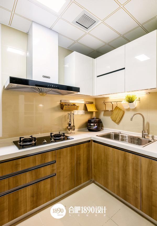厨房干净,明亮,耐脏,绿色小植物的点缀,使空间生机盎然。