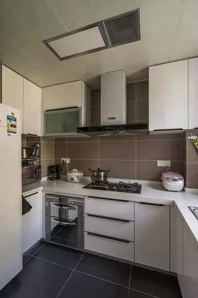厨房和餐厅采用玻璃移门隔断,白色门框与整体色调十分和谐。