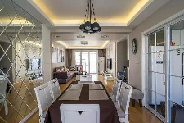 桌布细节,咖啡色的餐桌布搭配白色餐桌椅,色调和谐。