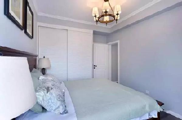 嵌入式的衣柜让室内线条变得整齐干净,收纳能力也是棒棒哒!