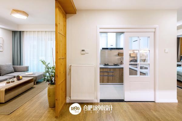 厨房的白色推拉门与客厅的木格珊将空间划分明确。
