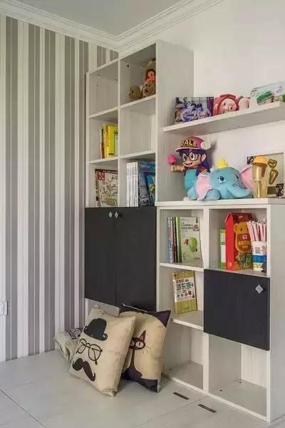 墙面也充分利用,格子收纳柜摆放零碎小物件。