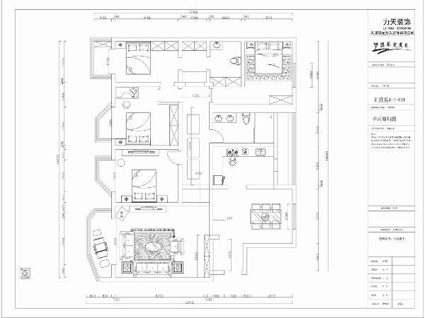 本户型比较大,室内空间比较多,在后期的设计中应该充分利用。首先从入户进入,入户门处左侧有放置鞋柜衣柜的空间。餐厅处有一个采光口,采光也比较好。和餐厅相对的是客厅的位置