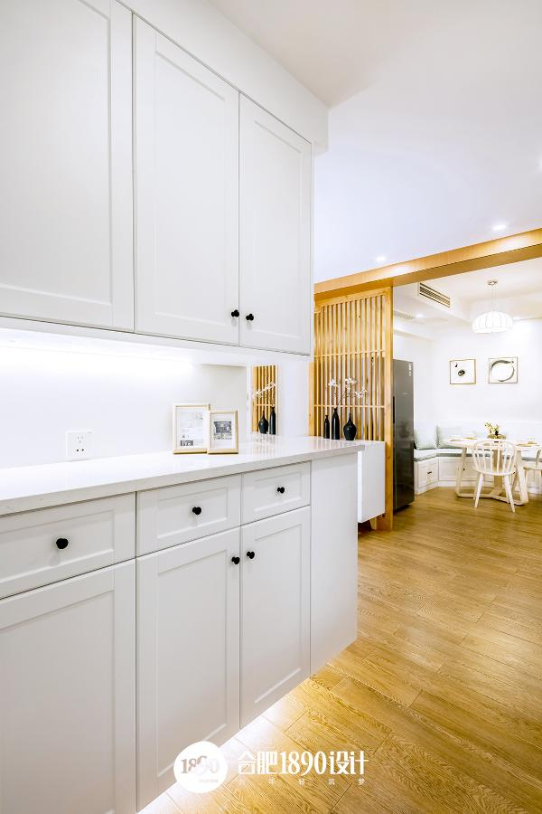 过道定制的白色柜子,增大了收纳的空间,可以在柜台上摆上三两张家庭照片.....