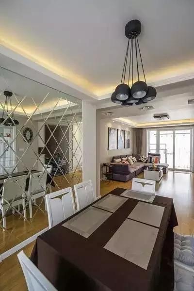 墙面和家具延续客厅的主旋律,颜色组合也遵循了现代简约的美。