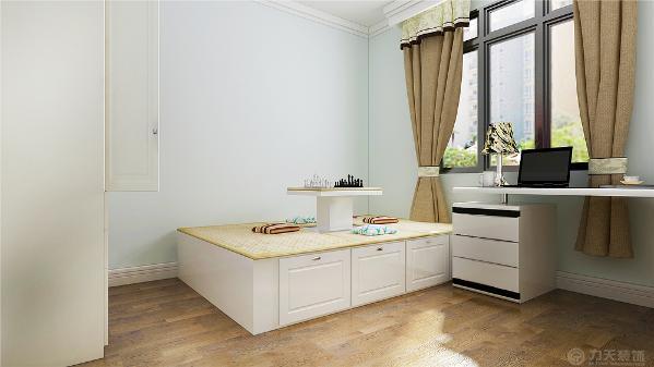 次卧首先看见的是学习桌然后是榻榻米的床,接下来是衣柜,这就是本案的次卧室
