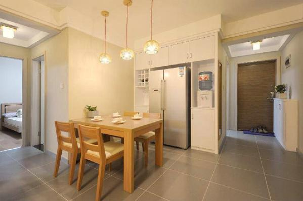 根据设计师的建议拆掉了家里的多余隔断,客厅、餐厅、做了全开放的设计,原木色的餐桌椅简单无华,简洁的造型却让人耳目一新。把冰箱放置在餐厅处平时想拿什么菜想拿什么东西也是非常的方便的。