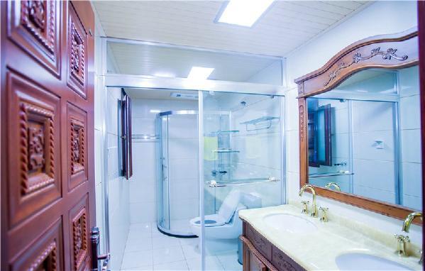 古典木质的洗手台充当了卫生间的储物柜,功能和装饰两样兼得,卫生间做了干湿分区,方便分区使用。